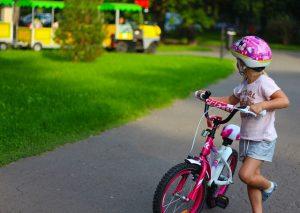 Mädchen mit fahrrad und helm