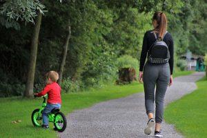 mutter bringt kind fahrradfahren bei